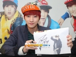 130120 B1A4 Jinyoung at Hats On fansign 01