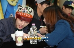 130120 B1A4 Jinyoung at Hats On fansign 02