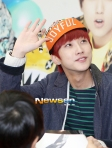 201301201130120 B1A4 Jinyoung at Hats On fansign 04