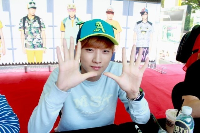 [Blog] 130604 Hats On fansign - B1A4 Jinyoung (7)